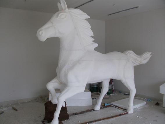 泡沫雕塑是运用泡沫为主材料制作的雕塑,与普通的泥塑翻模雕塑